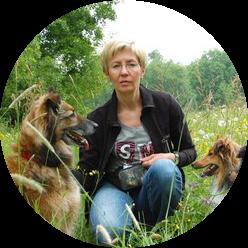 Siedząca kobieta z dwoma psami